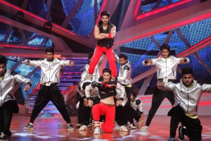 Gurmeet and Debina performing with Fictitious group on Nach Baliye-6
