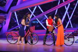 Ripu, Shivangi and Karan Wahi along with Parineeti  when she came for the promotions of Hansi To Phansi  on Nach Baliye-6-3