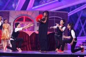 Shilpa Shetty Kundra Shaking-a-leg with D-Maniax on Nach Baliye-6